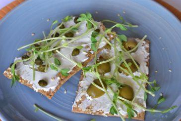 Crackers with vegan cream cheese - vegan starters